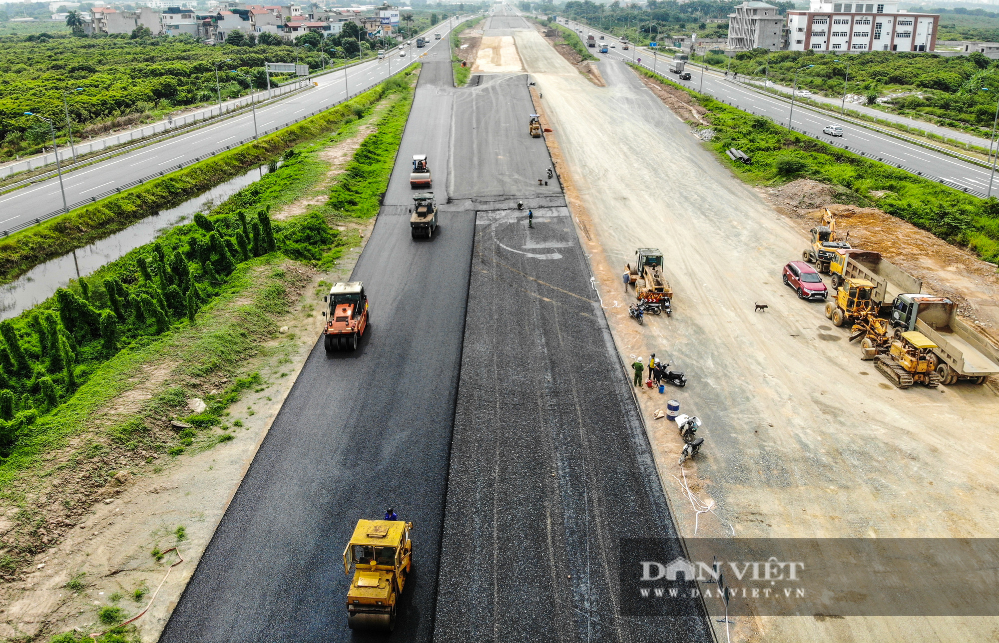 Công nhân tất bật xây dựng tuyến đường 400 tỷ kết nối Vành đai 3 với cao tốc Hà Nội - Hải Phòng - Ảnh 2.