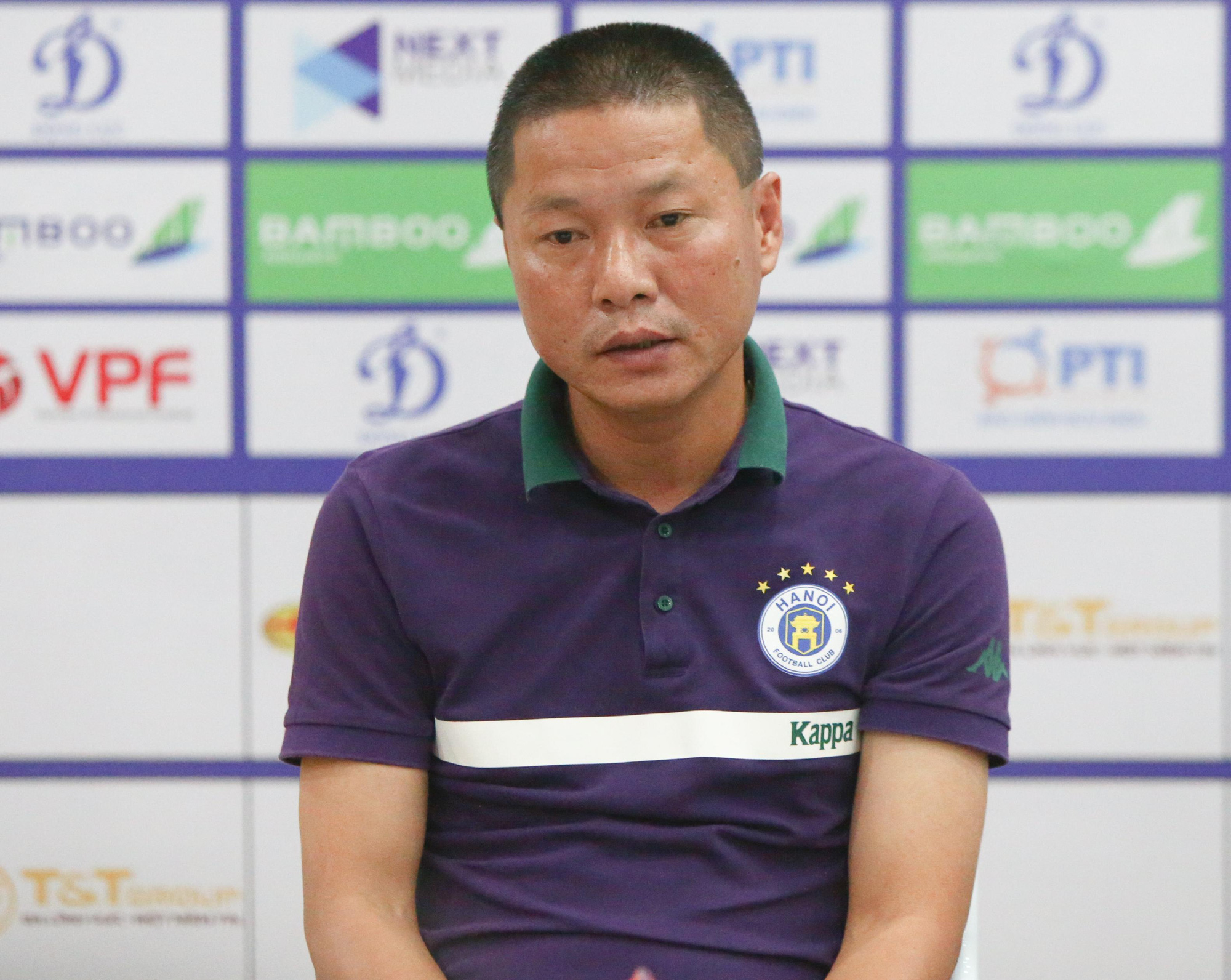 HLV Chu Đình Nghiêm bày tỏ mối lo nếu trời mưa to sẽ ảnh hưởng tới lối chơi của Hà Nội FC trong trận chung kết Cúp QG gặp Viettel. Ảnh: Đức Tú