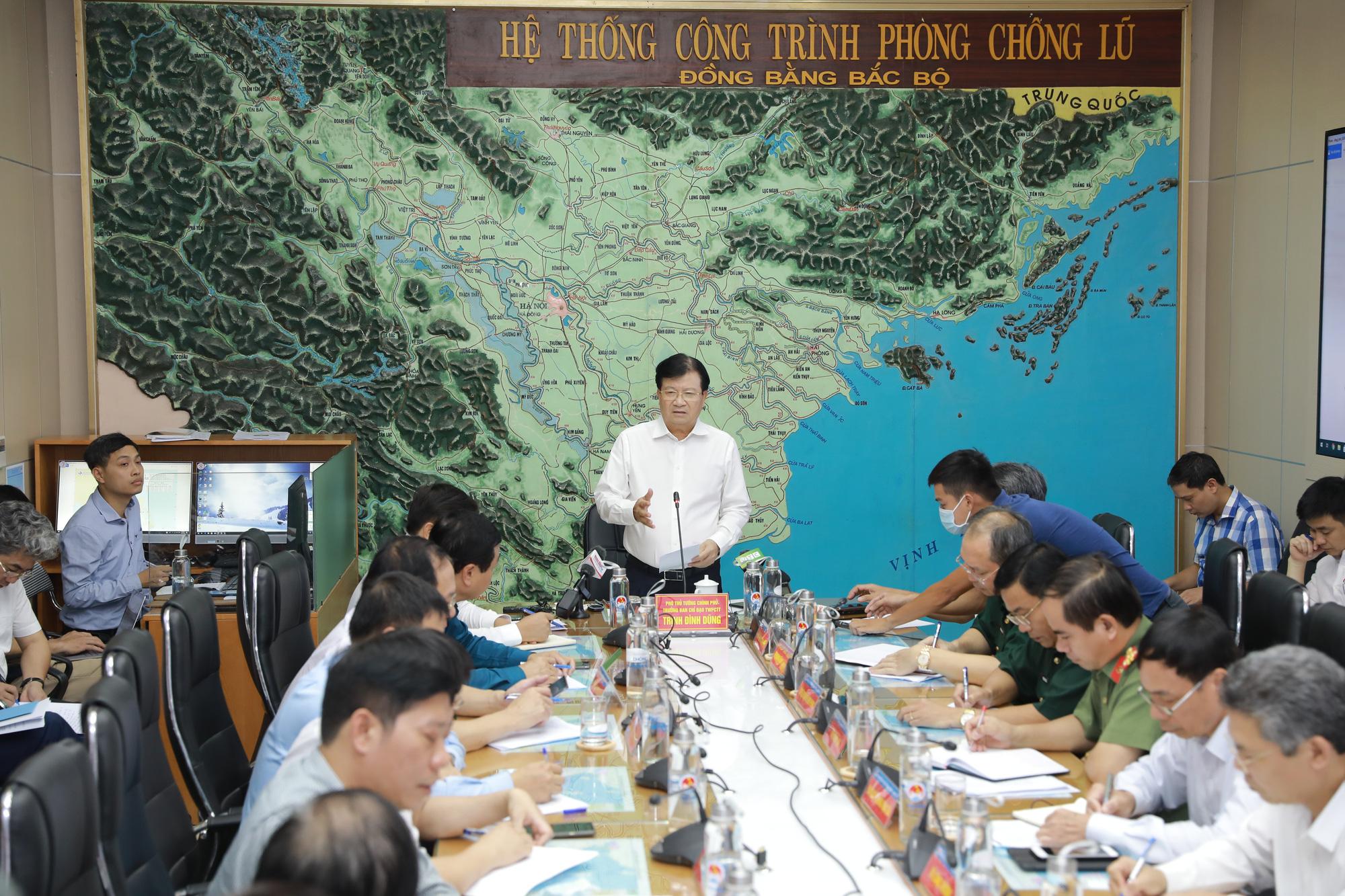 Bão số 5 được dự báo rất lớn, giật cấp 13, Phó Thủ tướng Trịnh Đình Dũng chỉ đạo nóng - Ảnh 1.