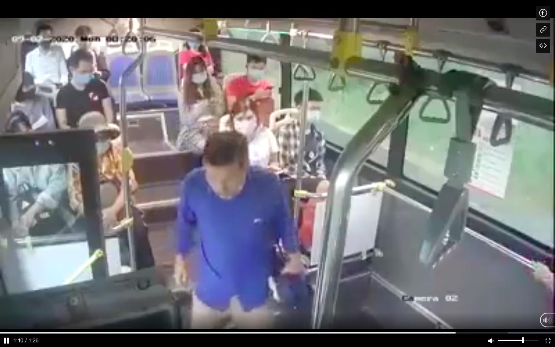 Vụ nhổ nước bọt vào nữ nhân viên xe buýt: Phạt tiền có đủ sức răn đe? - Ảnh 1.