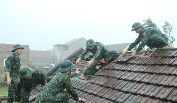 Ảnh hưởng của bão số 5, lốc xoáy khiến hàng trăm ngôi nhà tại Hà Tĩnh bị tốc mái. - Ảnh 4.
