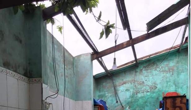 Ảnh hưởng của bão số 5, lốc xoáy khiến hàng trăm ngôi nhà tại Hà Tĩnh bị tốc mái. - Ảnh 2.