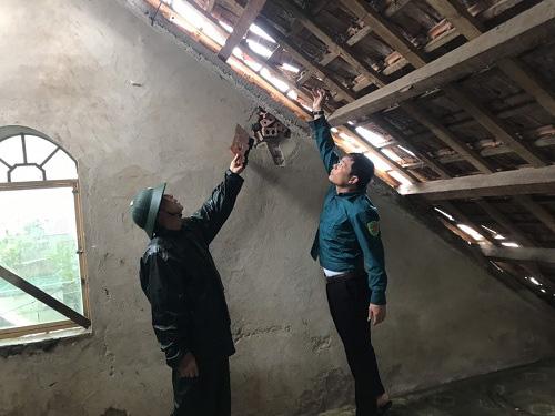 Ảnh hưởng của bão số 5, lốc xoáy khiến hàng trăm ngôi nhà tại Hà Tĩnh bị tốc mái. - Ảnh 1.