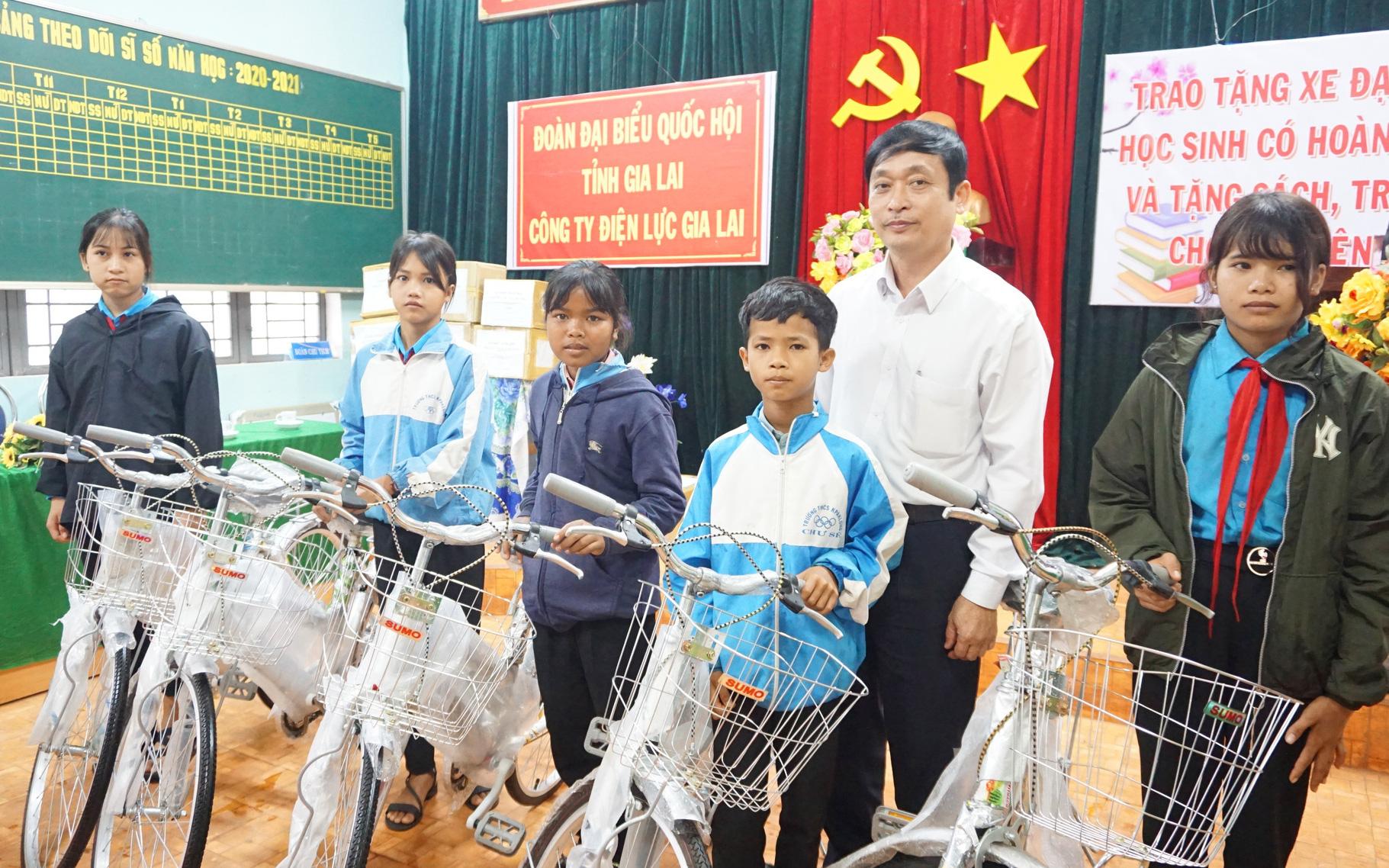 PC Gia Lai phối hợp với Đoàn Đại biểu Quốc hội tỉnh trao tặng 20 xe đạp cho học sinh nghèo