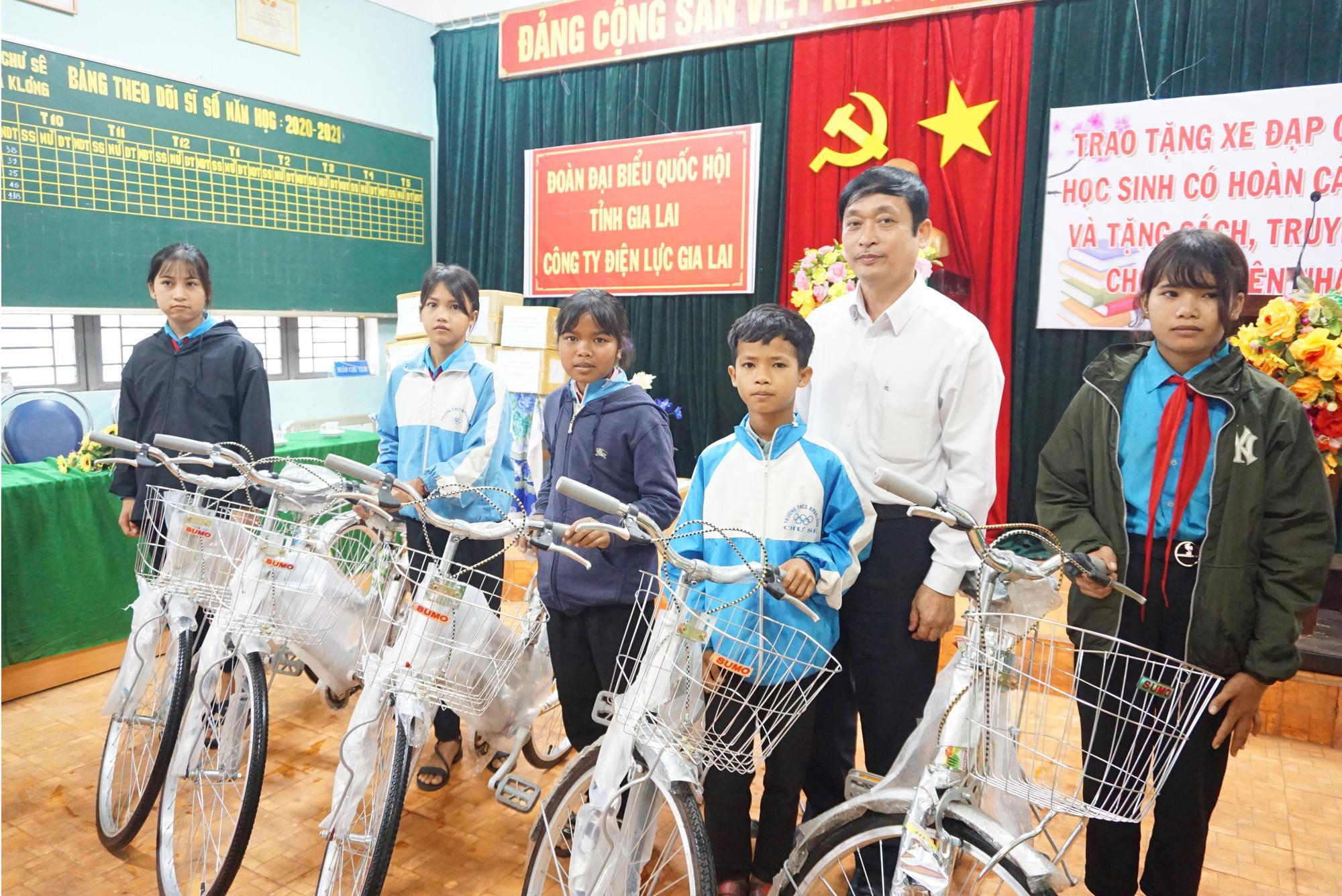 Gia Lai: Trao xe đạp, nâng bước hoc sinh nghèo đến trường - Ảnh 1.