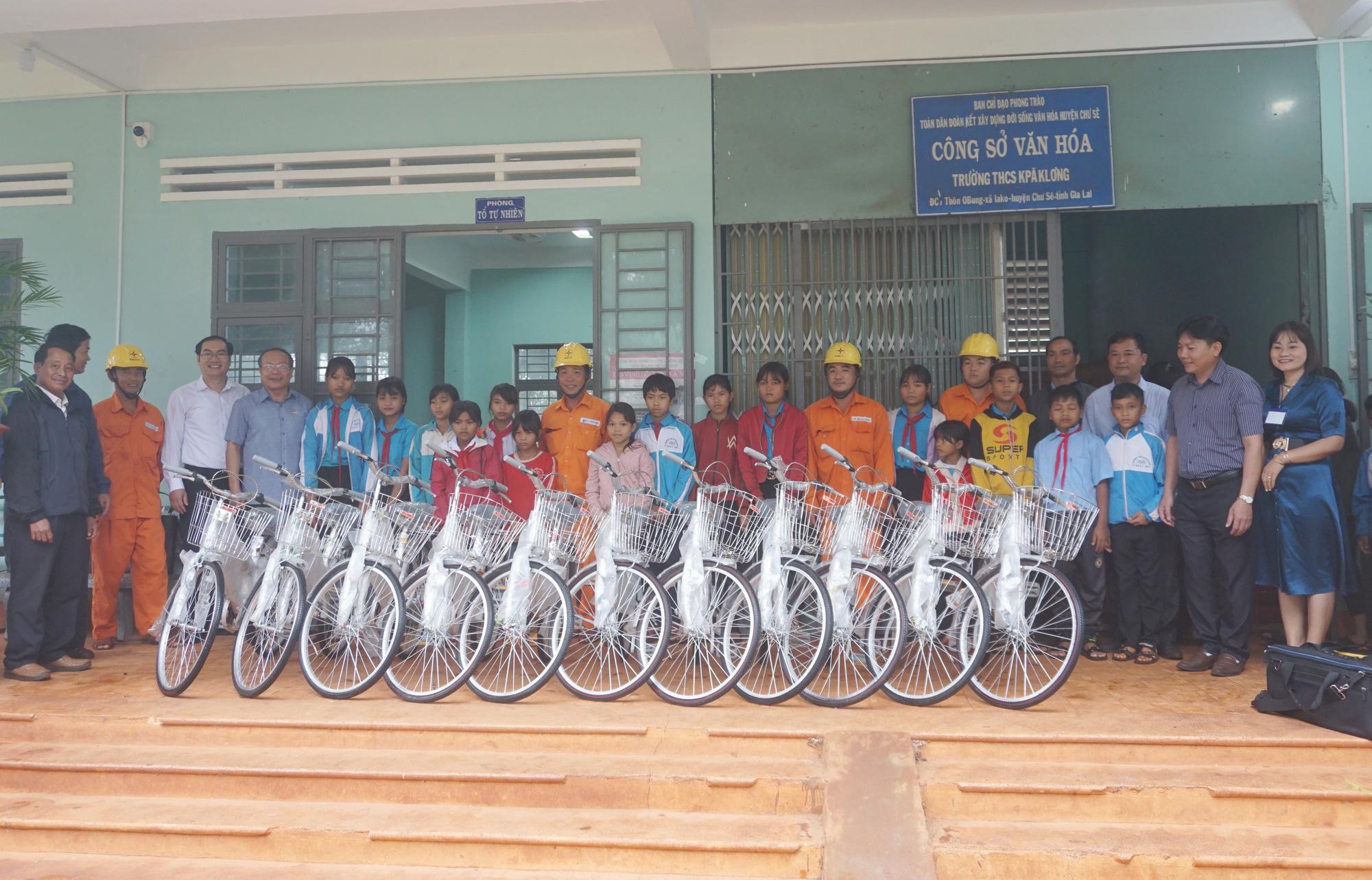 Gia Lai: Trao xe đạp, nâng bước hoc sinh nghèo đến trường - Ảnh 4.