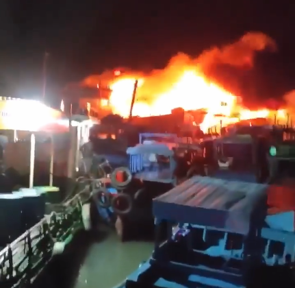 Khánh Hòa: Tàu cá đang neo đậu, bất ngờ cháy ngùn ngụt - Ảnh 1.