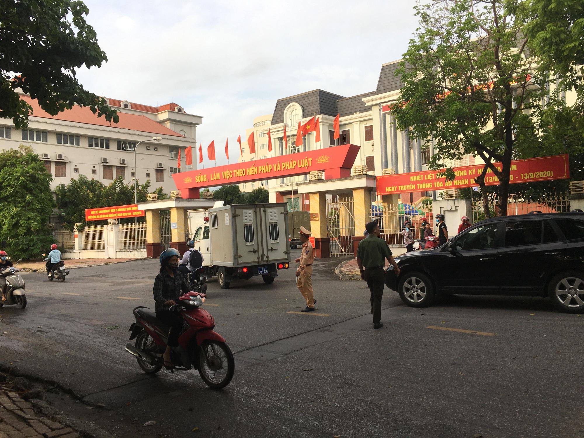 """Sáng nay xét xử sơ thẩm vợ Đường """"Nhuệ"""" và 4 cán bộ Sở Tư pháp, Sở TNMT tỉnh Thái Bình  - Ảnh 1."""