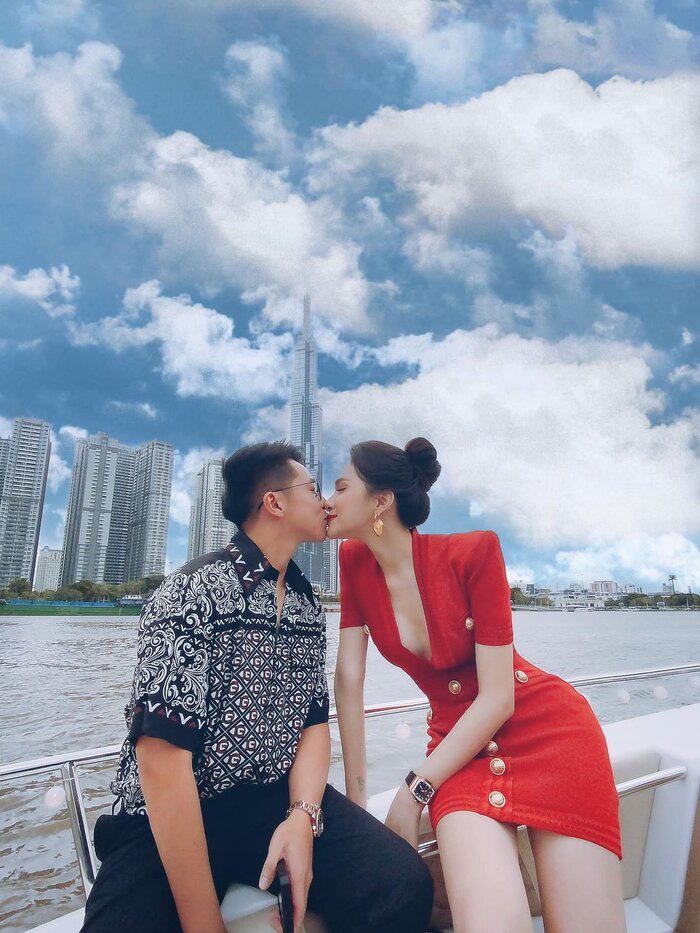 Matt Liu tiếp tục công khai ảnh hôn môi Hương Giang trên du thuyền sang chảnh - Ảnh 1.