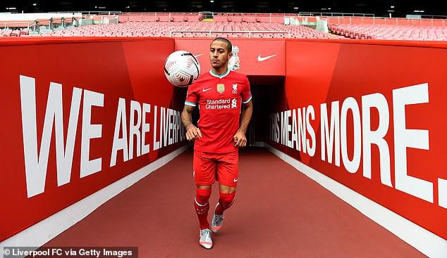 Thiag chụp ảnh ra mắt Liverpool