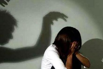 Bảo vệ trường tiểu học bị tố hiếp dâm bé gái, quay clip cảnh đồi bại - Ảnh 1.