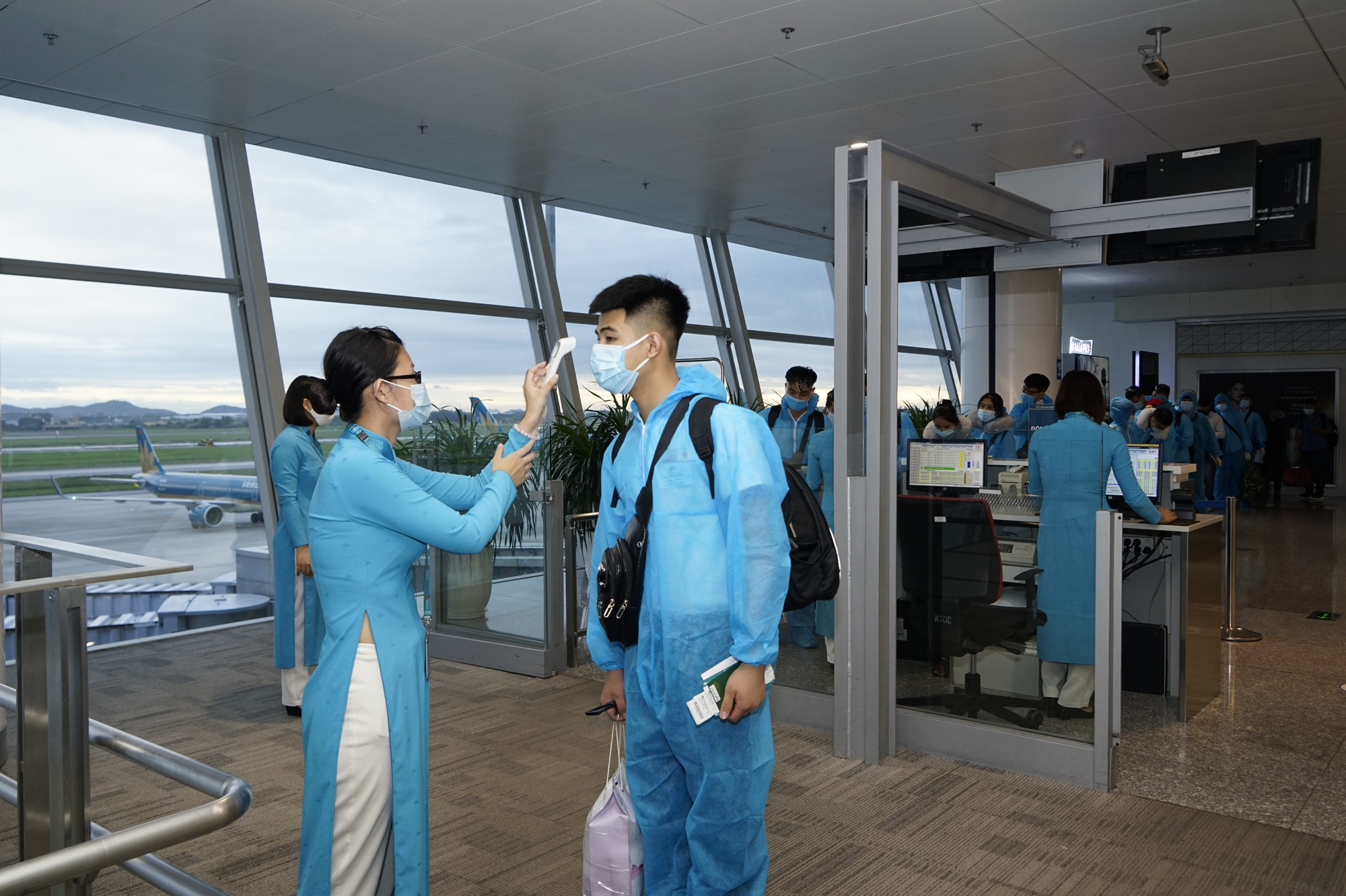 Vietnam Airlines cho phép tổ bay chưa hết hạn cách ly có thể phục vụ chuyến bay. - Ảnh 1.