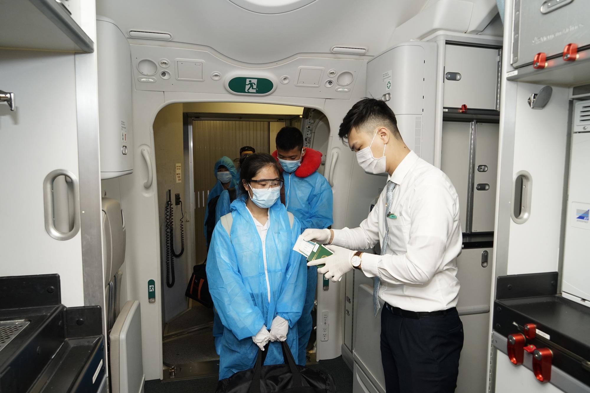 Tiếp viên Vietnam Airlines nhiễm Covid-19: Bộ GTVT nói gì? - Ảnh 1.