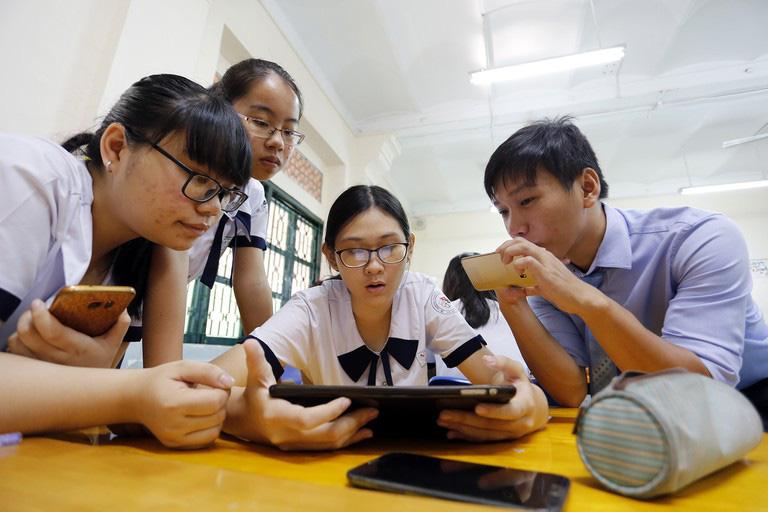 Giáo viên, học sinh nói gì về quy định cho phép sử dụng điện thoại thông minh trong lớp? - Ảnh 1.