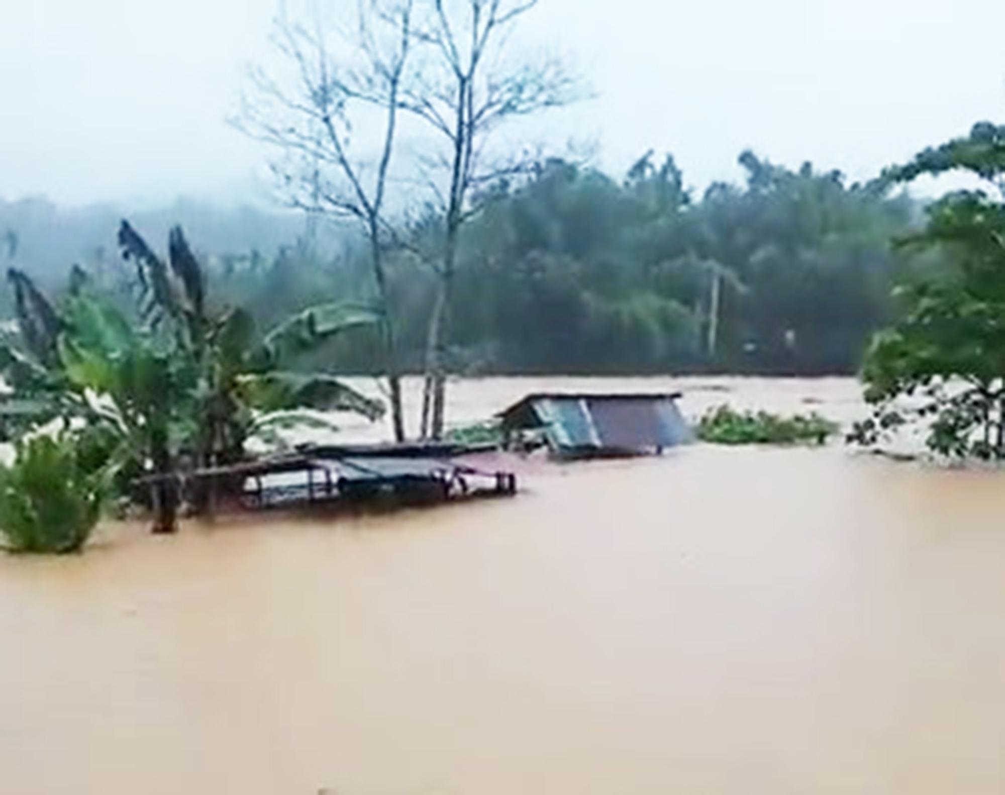 Ảnh hưởng bão số 5: Nhiều xã miền núi ở Quảng Nam vẫn còn bị cô lập - Ảnh 1.