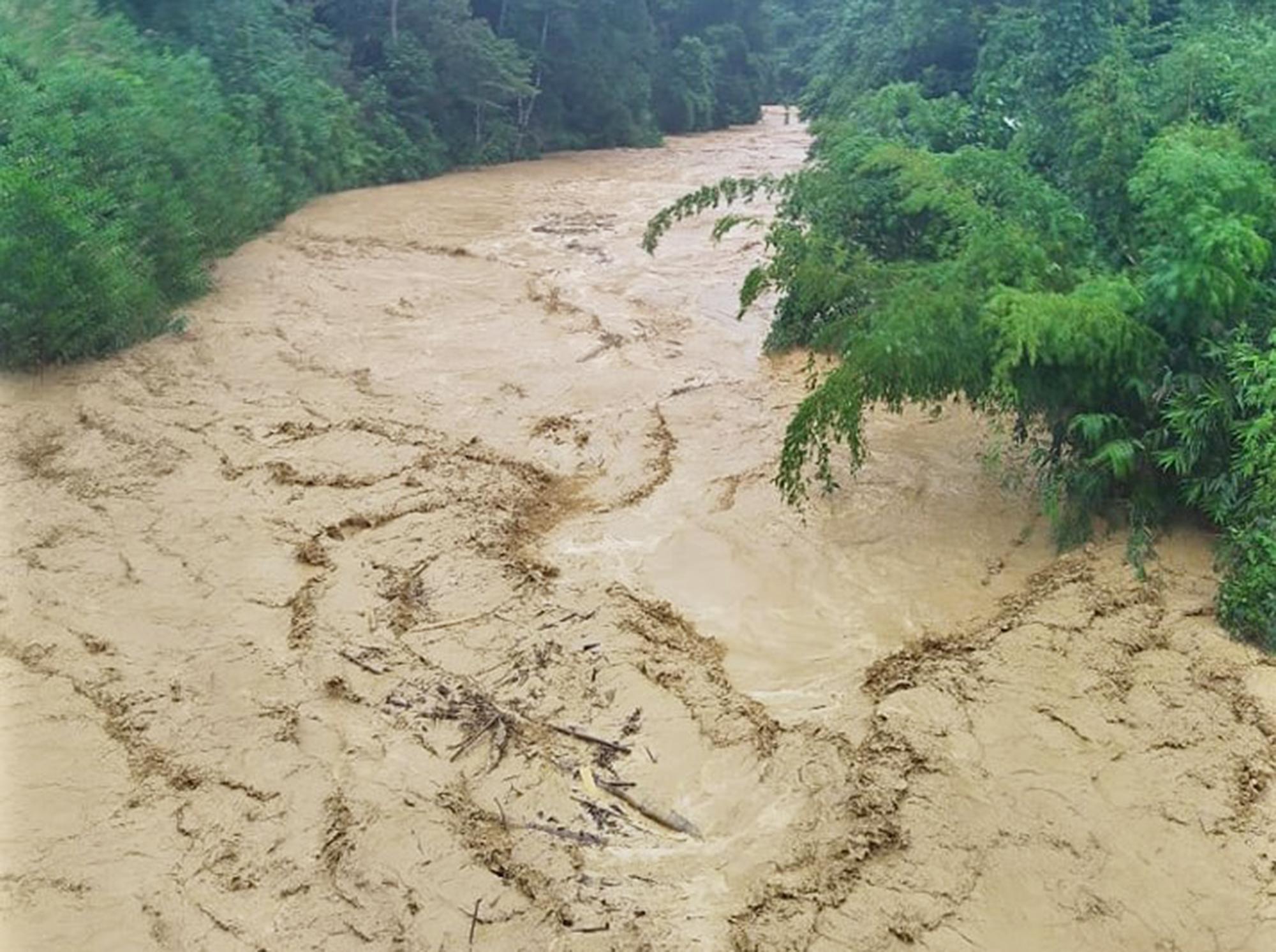 Huyện Tây Giang ảnh hưởng bão số 5 : Không để người dân vùng cô lập thiếu lương thực, nước uống - Ảnh 1.