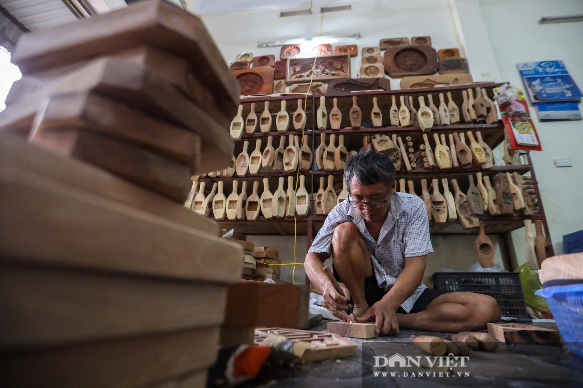 Chiêm ngưỡng kỹ năng điêu luyện của người đàn ông 40 năm làm khuôn bánh trung thu - Ảnh 3.
