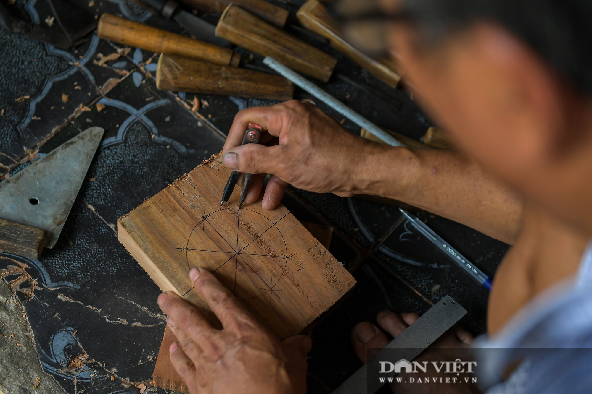 Chiêm ngưỡng kỹ năng điêu luyện của người đàn ông 40 năm làm khuôn bánh trung thu - Ảnh 4.