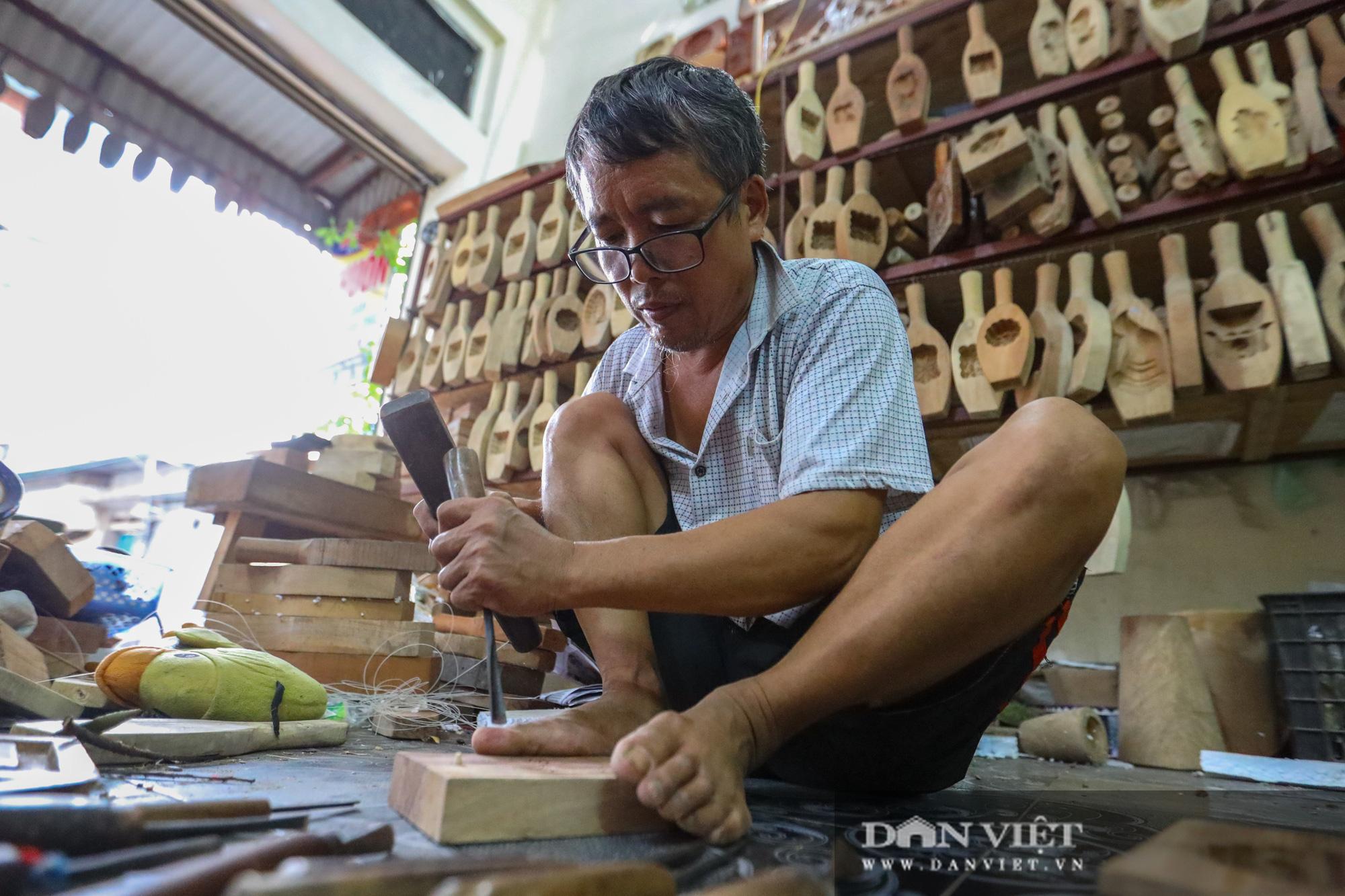 Chiêm ngưỡng kỹ năng điêu luyện của người đàn ông 40 năm làm khuôn bánh trung thu - Ảnh 8.