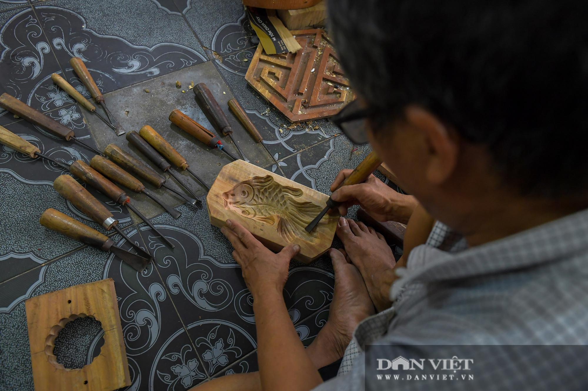 Chiêm ngưỡng kỹ năng điêu luyện của người đàn ông 40 năm làm khuôn bánh trung thu - Ảnh 9.