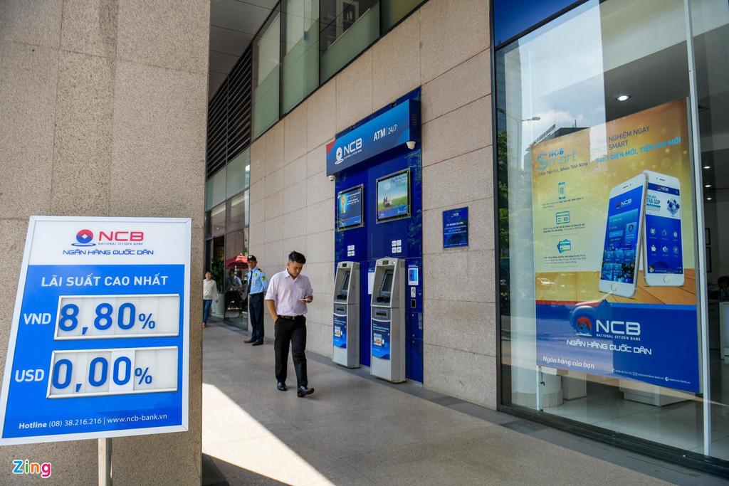 Lãi tiết kiệm ngân hàng giảm mạnh - Ảnh 2.