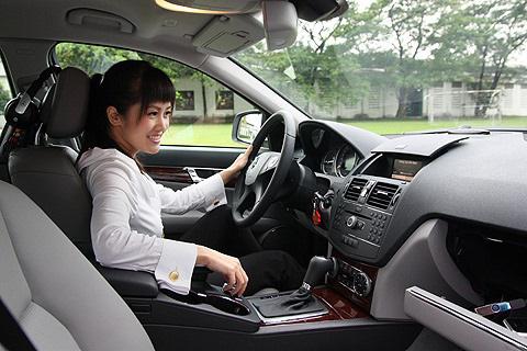 Nhiều năm không đổi xe, diva Hồng Nhung thích chiếc xế hộp tiền tỉ nào? - Ảnh 1.