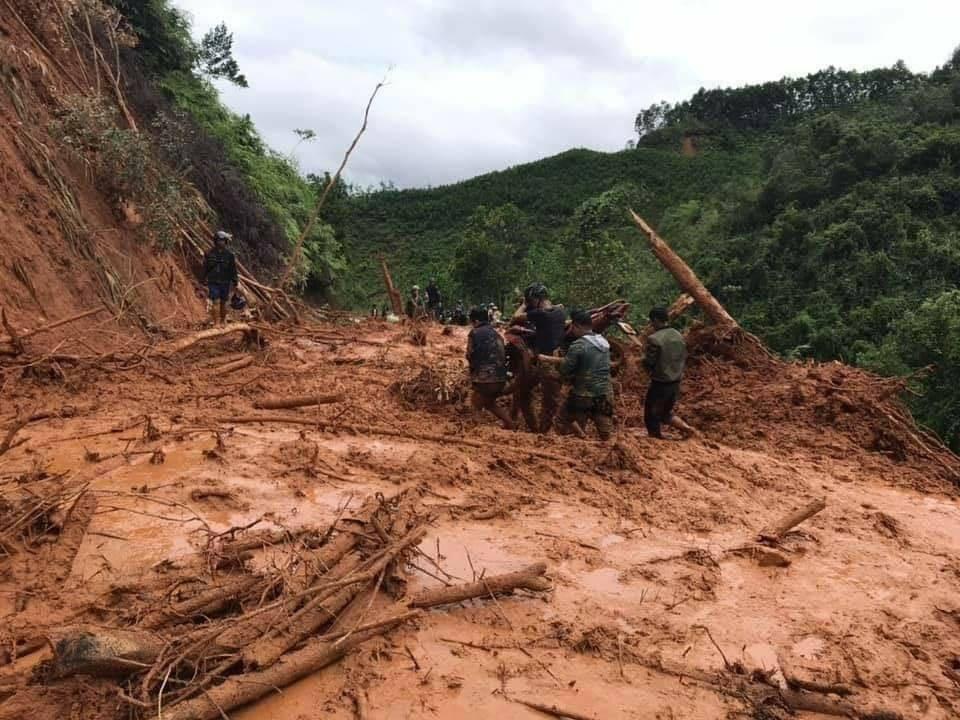 16 trai làng xuyên đêm khiêng cô gái vượt 22 km đường rừng đi cấp cứu - Ảnh 4.