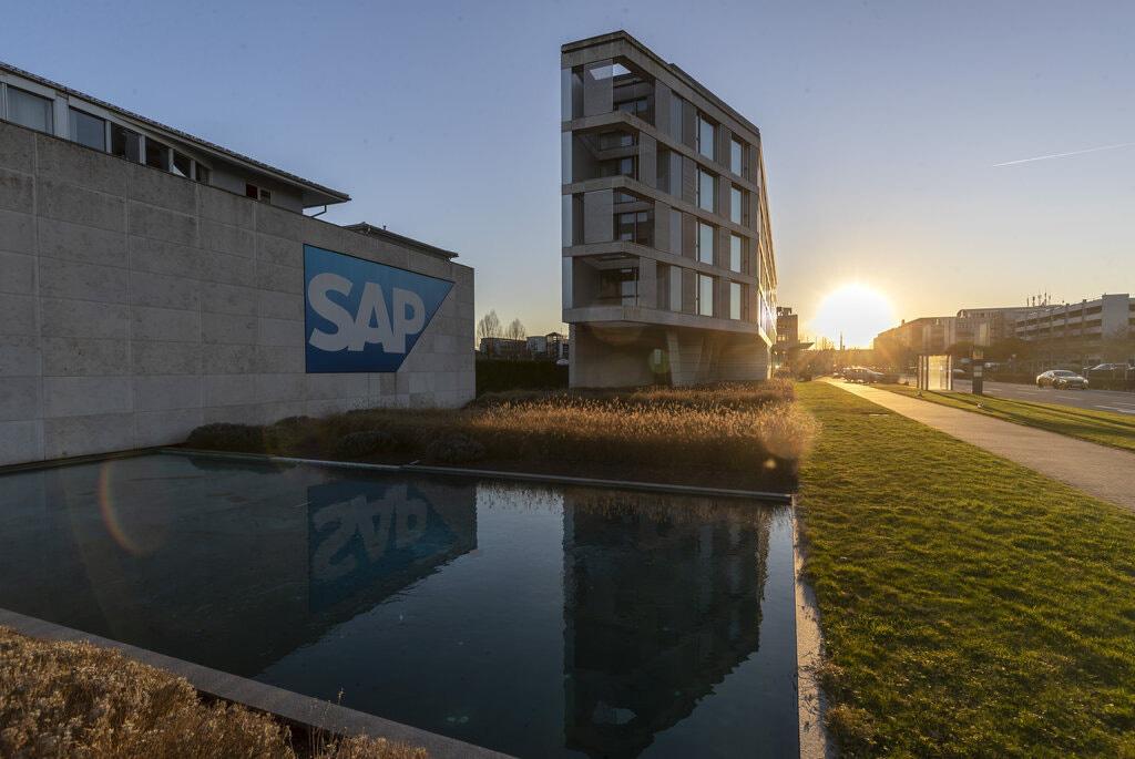 Đối thủ cạnh tranh công nghệ lớn nhất của châu Âu là SAP của Đức, một nhà cung cấp phần mềm kinh doanh cạnh tranh với các công ty Mỹ như Microsoft và Oracle. Ảnh:@Ronald Wittek / EPA, Shutterstock.