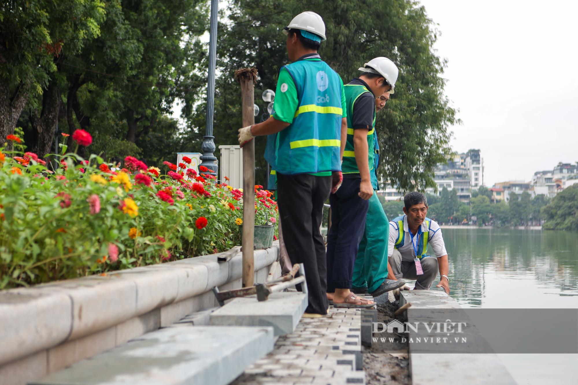 Chiêm ngưỡng vườn hoa mới đẹp ngỡ ngàng bên bờ hồ Hoàn Kiếm  - Ảnh 13.
