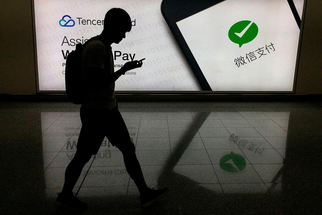 Một quảng cáo cho WeChat tại sân bay quốc tế của Hồng Kông. Chính quyền Trump cấm ứng dụng Trung Quốc, cùng với TikTok khỏi các cửa hàng ứng dụng của Mỹ. Ảnh: @Richard A. Brooks / Agence France-Presse - Getty Images.
