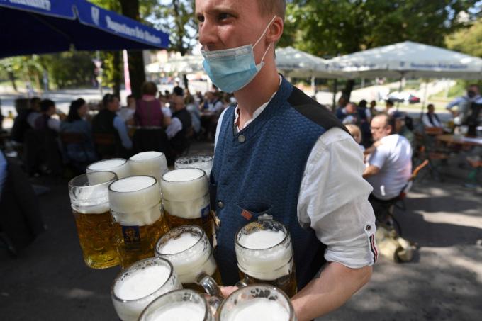 Người Đức tổ chức lễ hội bia tưng bừng, bất chấp Covid-19 - Ảnh 1.