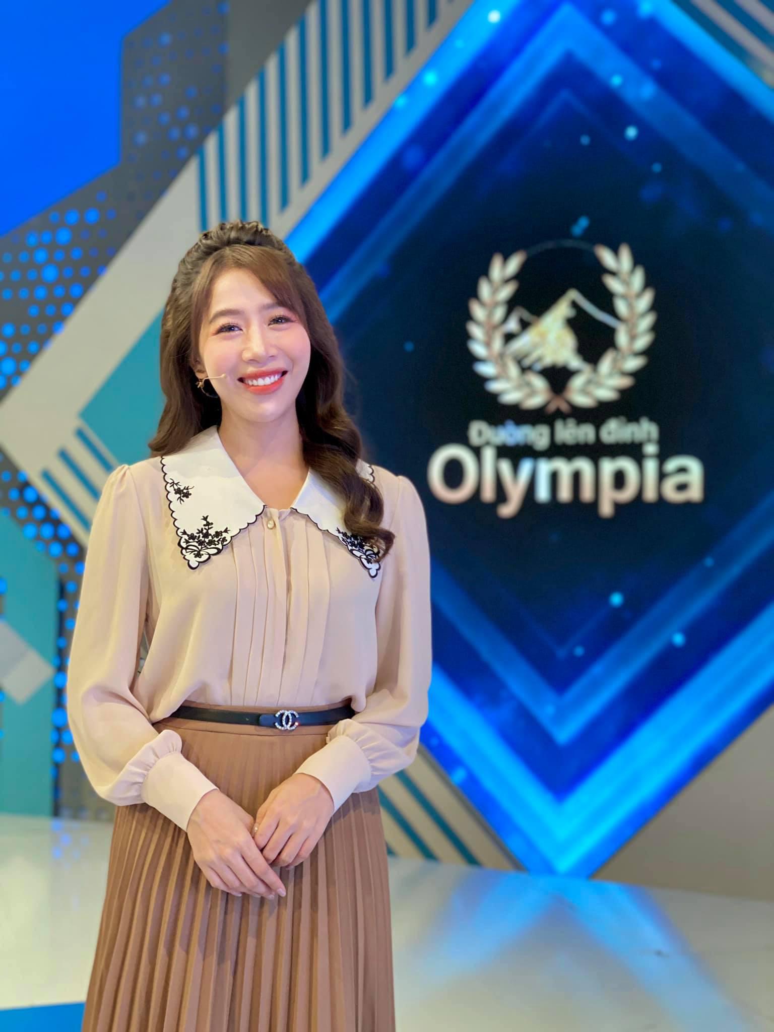 """Vì sao phát ngôn MC Diệp Chi giữa vụ nữ Quán quân Olympia 2020 bị """"ném đá"""" về thái độ lại gây """"sốt"""" mạng? - Ảnh 2."""