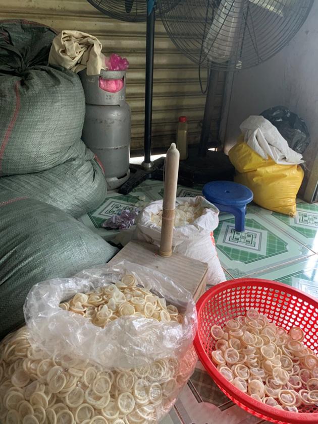 KINH HOÀNG: Phát hiện cơ sở tái chế hàng trăm nghìn bao cao su đã qua sử dụng ở Bình Dương - Ảnh 2.