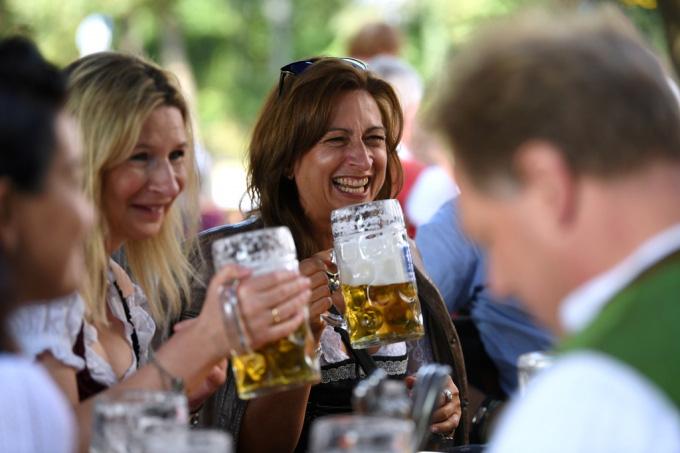 Người Đức tổ chức lễ hội bia tưng bừng, bất chấp Covid-19 - Ảnh 2.