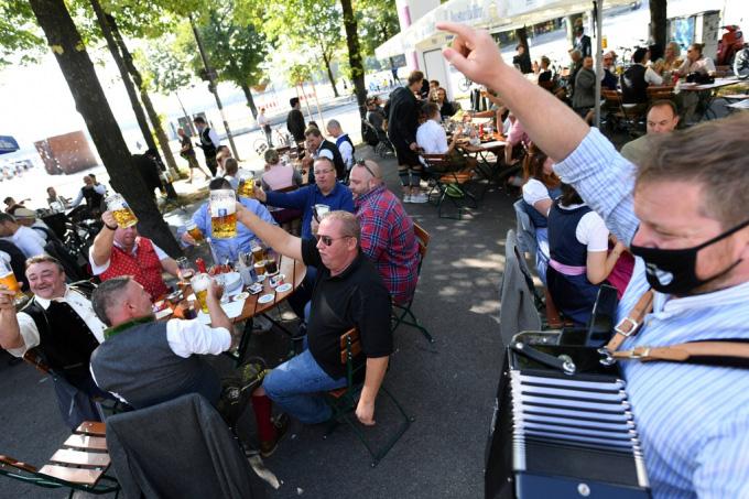 Người Đức tổ chức lễ hội bia tưng bừng, bất chấp Covid-19 - Ảnh 3.