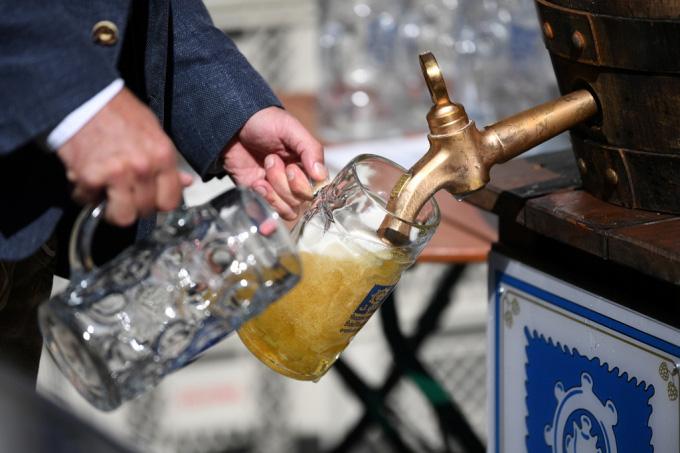 Người Đức tổ chức lễ hội bia tưng bừng, bất chấp Covid-19 - Ảnh 5.