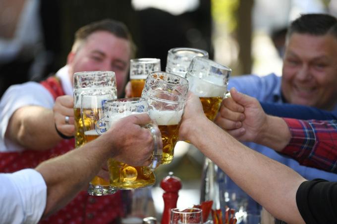 Người Đức tổ chức lễ hội bia tưng bừng, bất chấp Covid-19 - Ảnh 6.