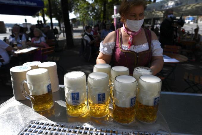 Người Đức tổ chức lễ hội bia tưng bừng, bất chấp Covid-19 - Ảnh 7.
