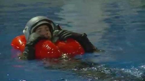 Khi nhảy dù xuống biển, phi công làm sao để sống sót? - Ảnh 1.