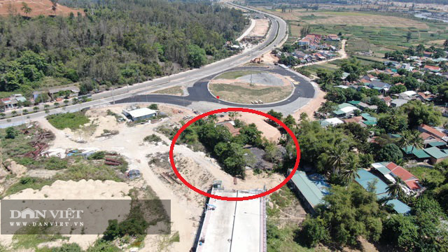 Quảng Ngãi:  Sau tối hậu thư, mặt bằng đường dẫn của cầu 2300 tỷ đã thông 1 đầu  - Ảnh 1.