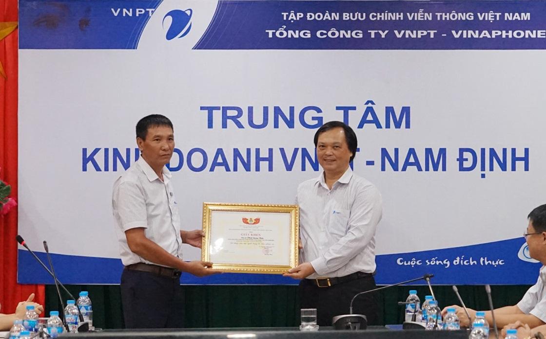 Nam Định: Một người đàn ông nhảy xuống sông cứu hai học sinh đuối nước được khen thưởng - Ảnh 1.