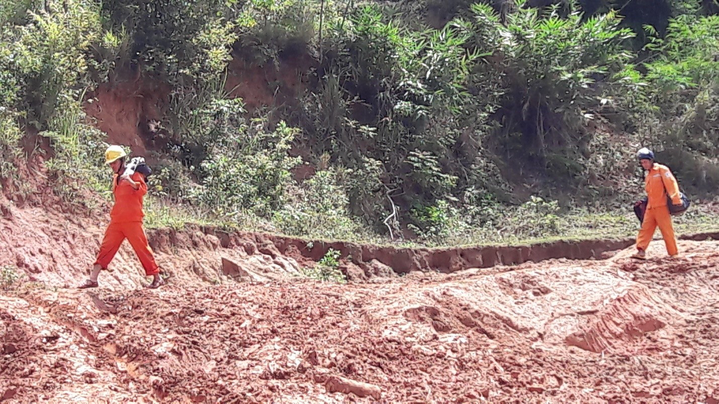 Vượt núi đưa điện về làng Đê Kôn - Ảnh 2.