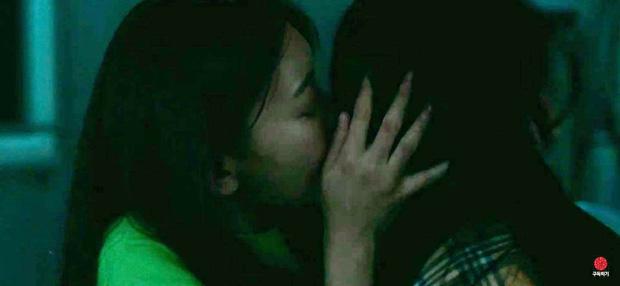 """""""Nữ hoàng fancam"""" gây sốc bằng nụ hôn đồng giới, phì phèo hút thuốc - Ảnh 1."""