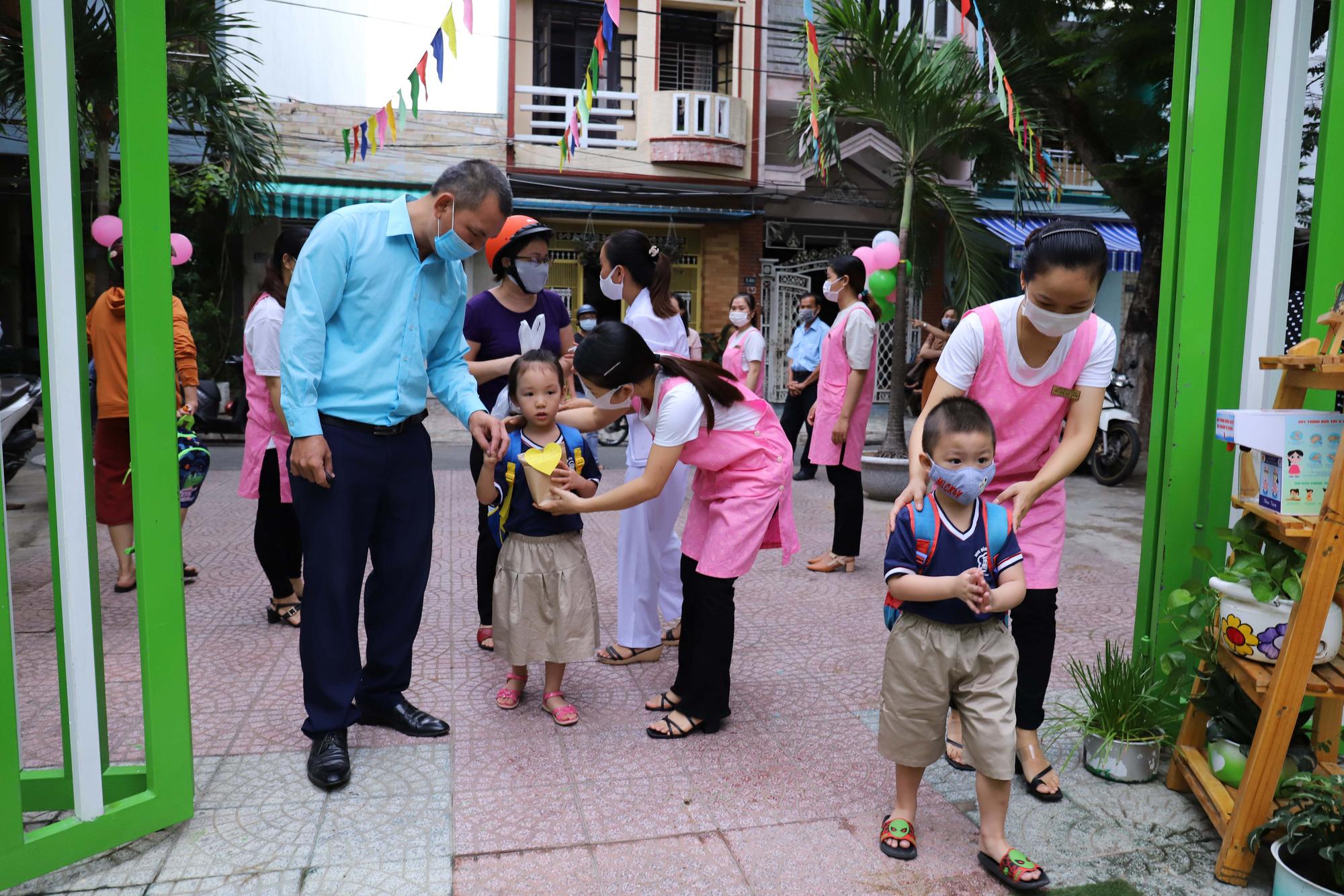 Đà Nẵng cho học sinh uống sữa học đường ngay ngày tựu trường - Ảnh 1.