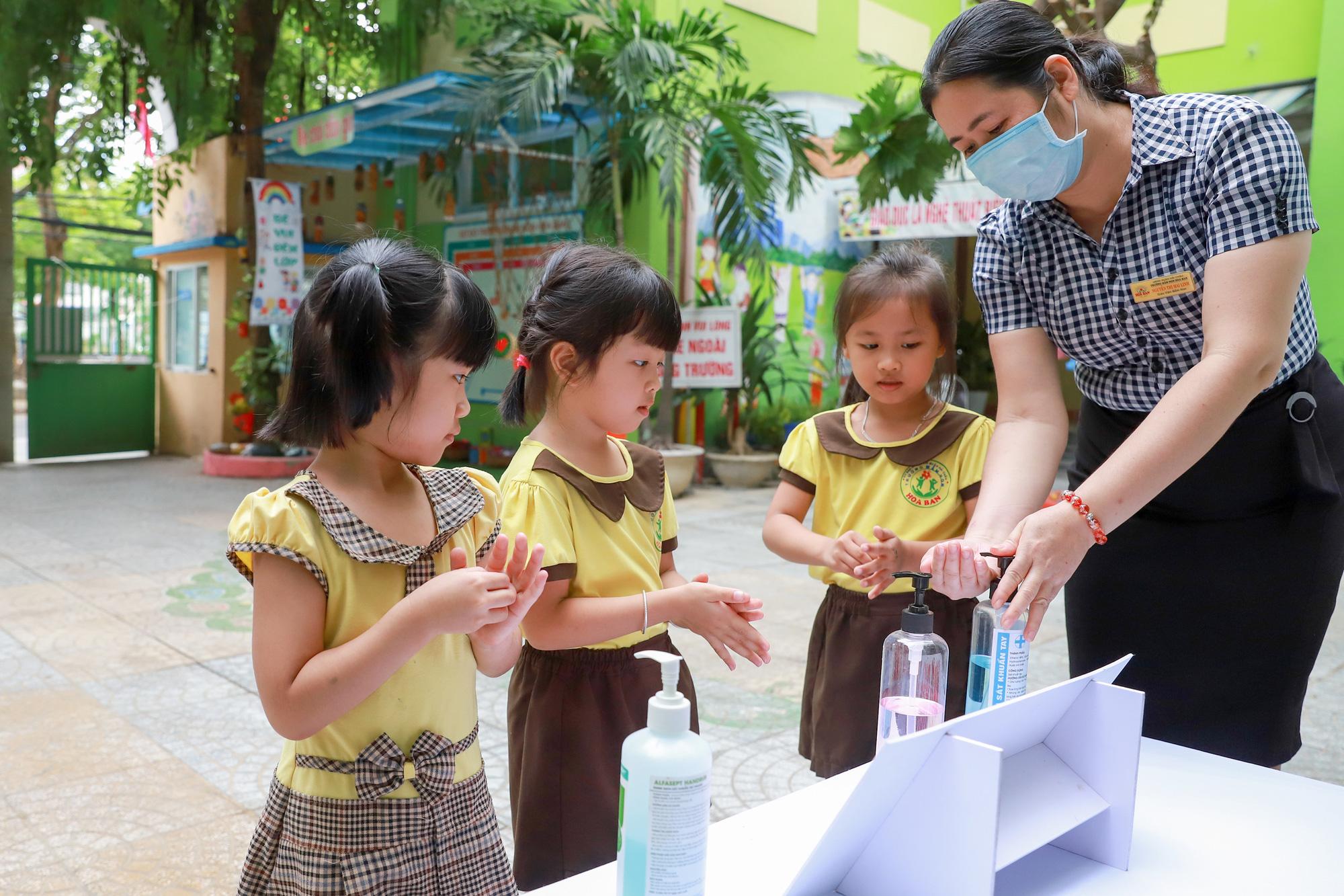 Đà Nẵng cho học sinh uống sữa học đường ngay ngày tựu trường - Ảnh 2.