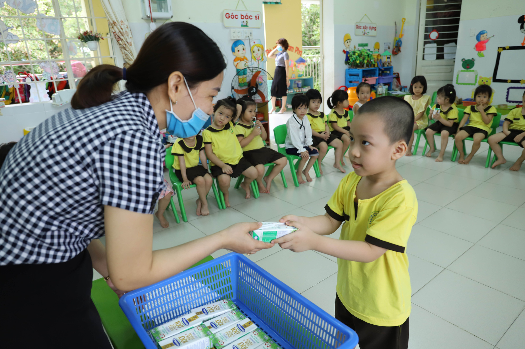 Đà Nẵng cho học sinh uống sữa học đường ngay ngày tựu trường - Ảnh 4.