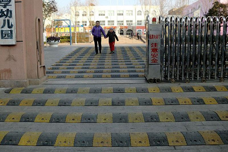 China style: Lắp 19 dải gờ giảm tốc cao su trước cổng trường học - Ảnh 1.