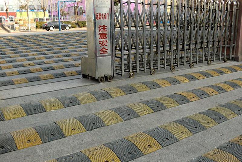 China style: Lắp 19 dải gờ giảm tốc cao su trước cổng trường học - Ảnh 2.