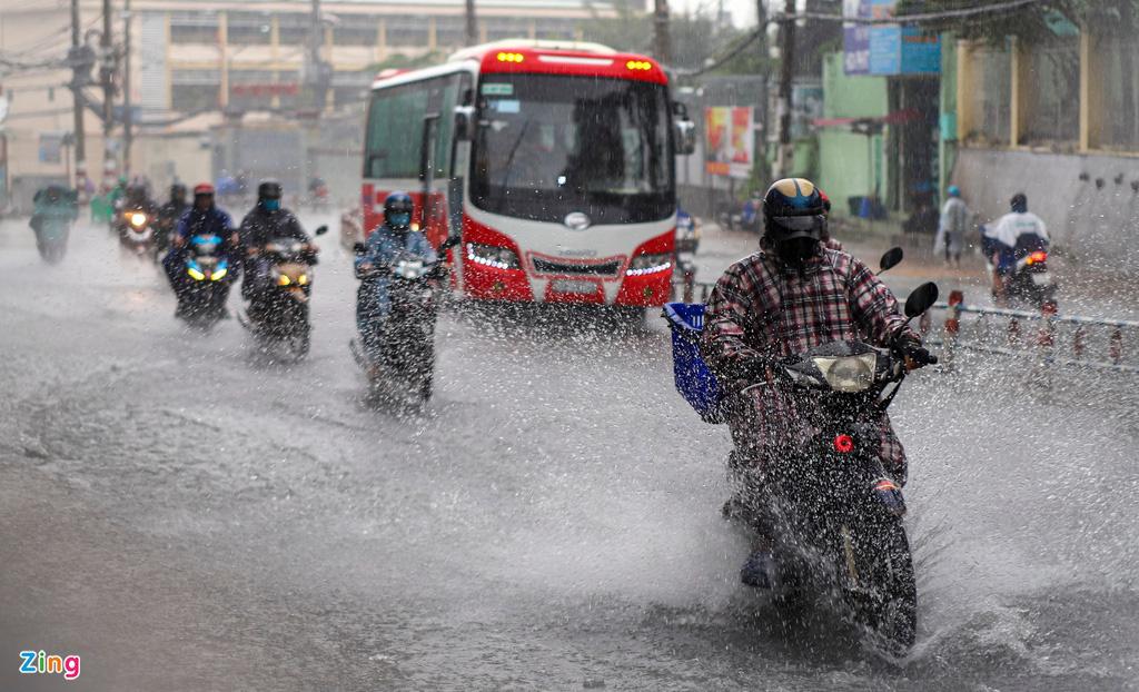 ẢNH: Người dân ngã nhào trong mưa ở TP.HCM - Ảnh 1.