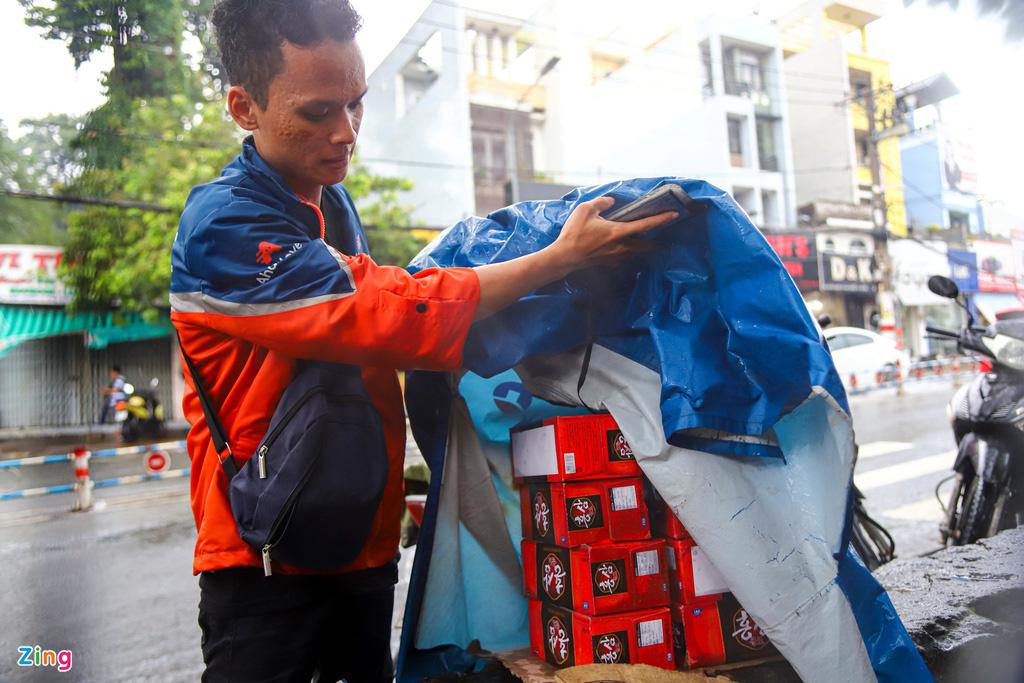ẢNH: Người dân ngã nhào trong mưa ở TP.HCM - Ảnh 6.
